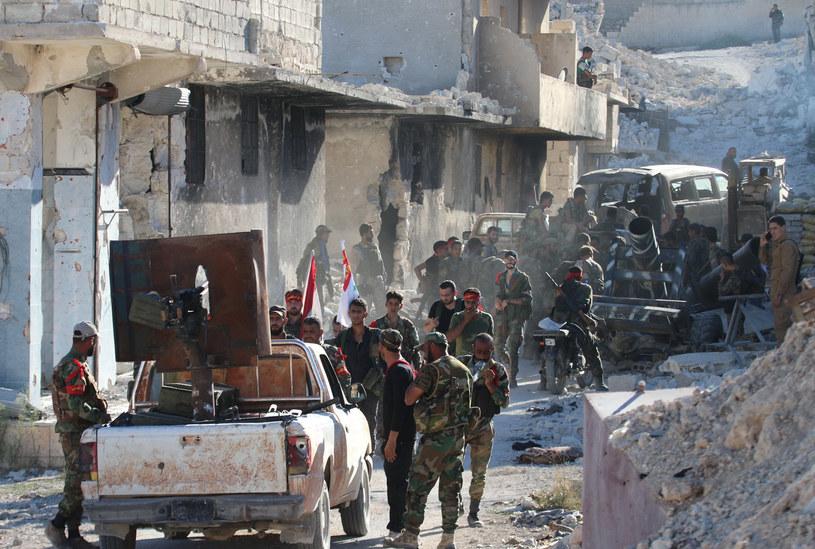 ONZ ocenia, że 600 tys. Syryjczyków żyje w oblężeniu w miastach i na terenach otoczonych przez siły rządowe, rebeliantów i oddziały Państwa Islamskiego (IS) /GEORGE OURFALIAN  /AFP