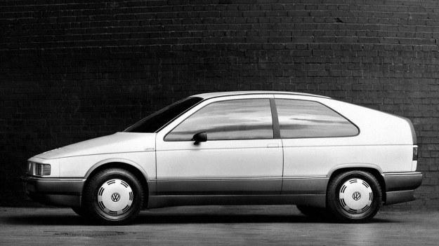 Opadająca linia dachu powoduje konieczność instalowania dodatkowej, pionowej szyby w bagażniku, po to, by kierowca mógł widzieć cokolwiek w lusterku wewnętrznym. Nakazy aerodynamiki muszą być spełnione, by uzyskać jak najniższe zużycie paliwa. /Volkswagen