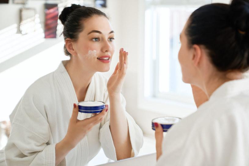 Opadający owal twarzy - skóra w tym miejscu wymaga szczególnie uważnej pielęgnacji /123RF/PICSEL