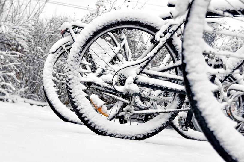 Opady śniegu nie muszą oznaczać, że rower należy schować do garażu... /123RF/PICSEL