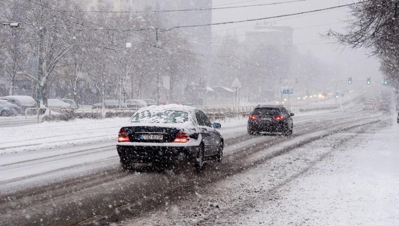 Opady śniegu w Katowicach /Andrzej Grygiel /PAP