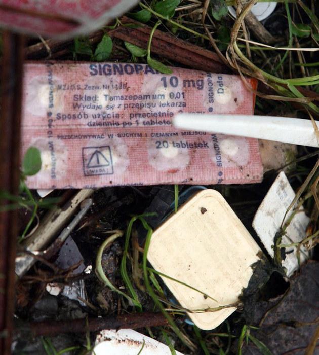 Opakowania po lekach rozrzucone na posesji Villas - Signopam, lek nasenny  /Artur Barbarowski /East News