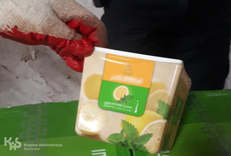 Opakowanie aromatyzowanego tytoniu do fajek wodnych bez polskich znaków akcyzy /Krajowa Administracja Skarbowa /Materiały prasowe