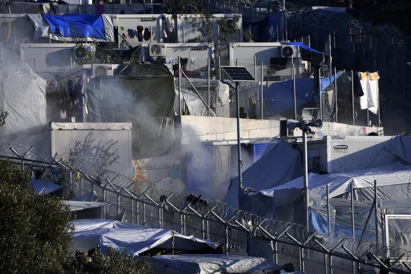 Opary gazu łzawiącego unoszące się nad obozem dla migrantów na Samos /Michael Svarnias /East News