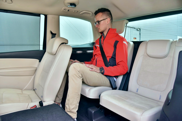 Opcjonalne dwa siedzenia w trzecim rzędzie w miarę wygodnie mieszczą nawet wysokie osoby. /Motor