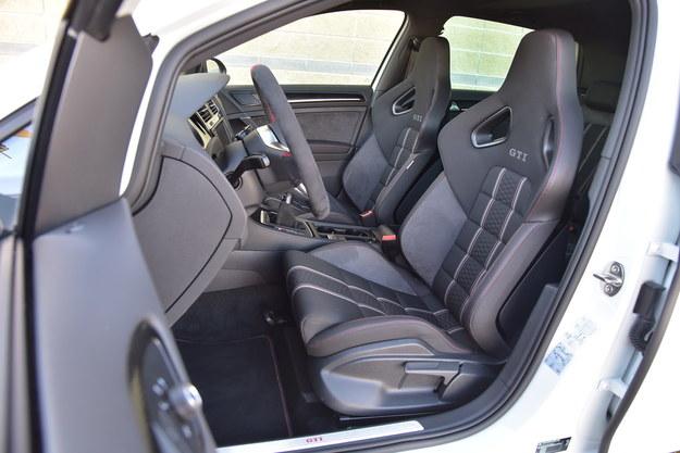 Opcjonalne, wygodne fotele Recaro mają regulację wysokości i pochylenia oparcia. /Motor