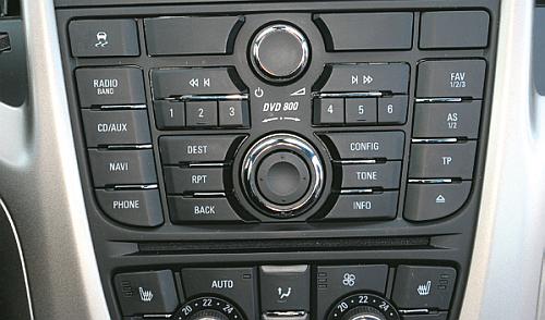 OPEL 37 przycisków. Na pewno nie obsłużysz ich bez odrywania wzroku od drogi. /Motor