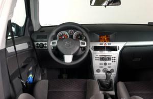 Opel Astra III: ogólny wygląd zależy od wersji wyposażenia. Szkoda, że we wszystkich jakość montażu elementów plastikowych pozostawia wiele do życzenia. Pokrętła regulacji ogrzewania czasem odpadają! /Motor