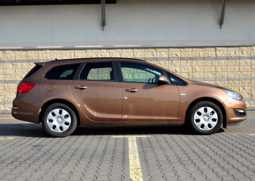 Modernistyczne Opel Astra IV kombi 1.6 CDTI. Takie samochody kupuje się z KU53