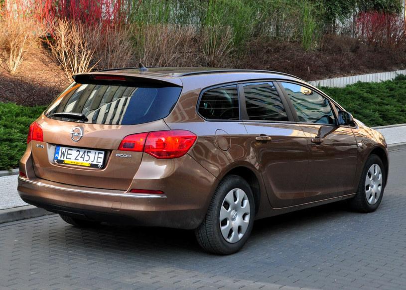 Młodzieńczy Opel Astra IV kombi 1.6 CDTI. Takie samochody kupuje się z IR08