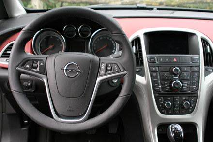 Opel astra IV we wnętrzu /INTERIA.PL