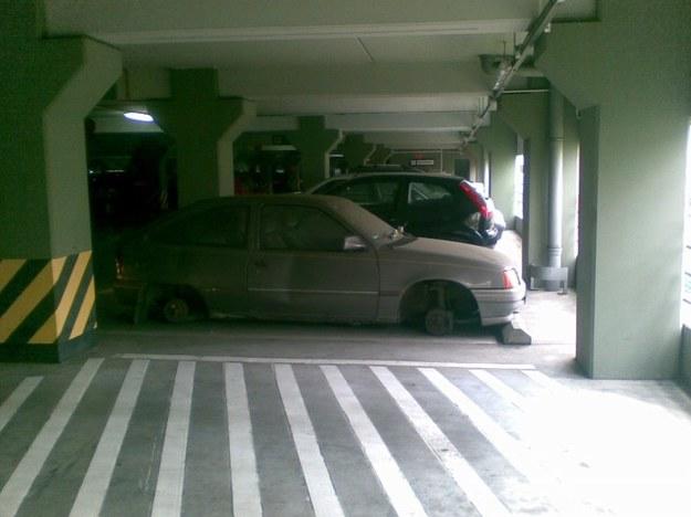 Opel kadett bez kół.