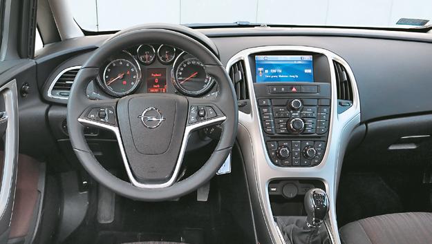 OPEL Kontrowersyjna deska rozdzielcza Opla ma mnóstwo przycisków i wymaga sporo uwagi od kierowcy. Astra deklasuje konkurentów przestrzenią z przodu. /Motor