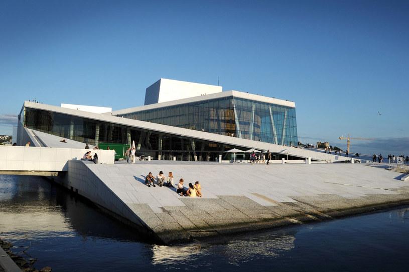 Opera – wizytówka miasta przypomina... płynącą po zatoce Oslofjord bryłę lodu /123RF/PICSEL
