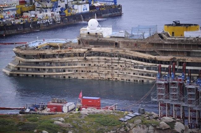 Operacja podnoszenia statku trwała 19 godzin. /RICCARDO DALLE LUCHE /PAP/EPA