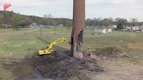 Operator koparki został przysypany wyburzonym kominem. Przerażające