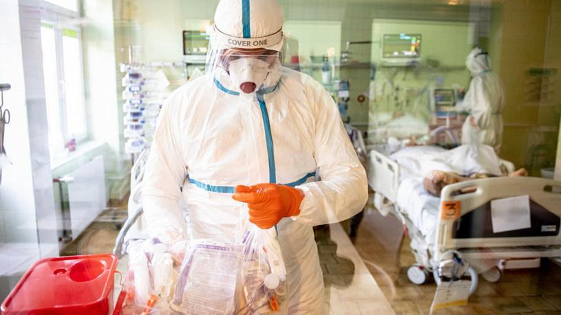 Opieka nad pacjentem chorym na COVID-19; zdj. ilustracyjne /Piotr Hukało /East News