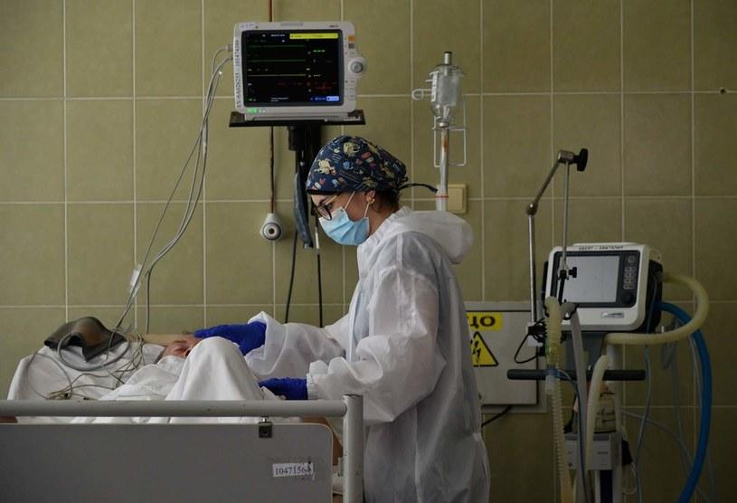 Opieka nad pacjentem chorym na COVID-19 /AFP