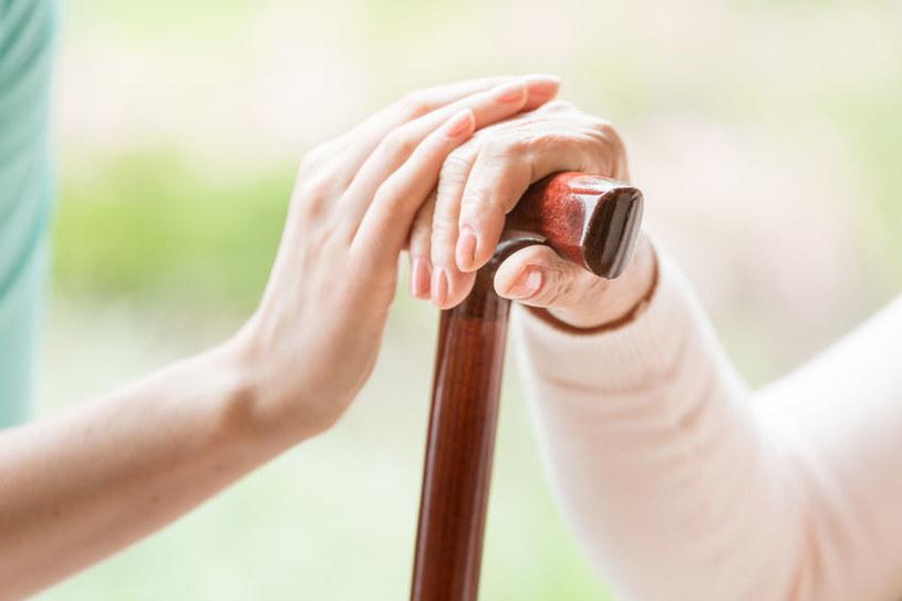 Opieka nad seniorem bywa nie lada wyzwaniem /123RF/PICSEL