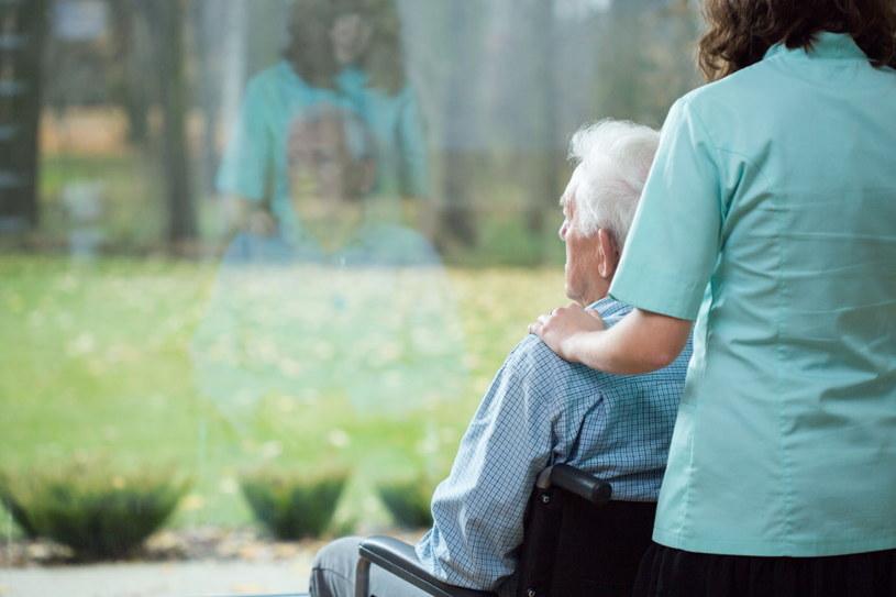 Opieka nad seniorem jest pełna wyzwań /123RF/PICSEL