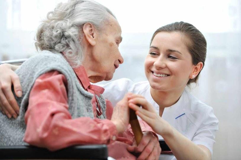 Opieka to wciąż domena kobiet /123RF/PICSEL
