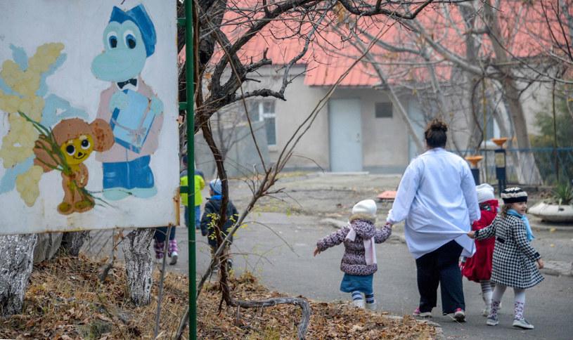Opiekunka na spacerze z dziećmi mieszkającymi w sierocińcu w Armenii. /KAREN MINASYAN /East News
