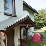 Opiekunka Villas koczuje w namiocie pod domem gwiazdy! Mamy zdjęcia!