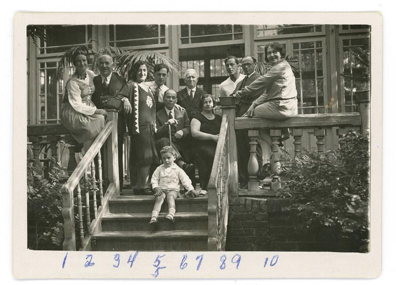 Opis na odwrocie fotografii z 1930 r.: Amelka, Morrris, Dorotka, Natek, brat twojego ojca(?), Marek, twój dziadek, Gucia, Henio - Amushu, twój tata, Ruszha /archiwum rodzinne autorki /