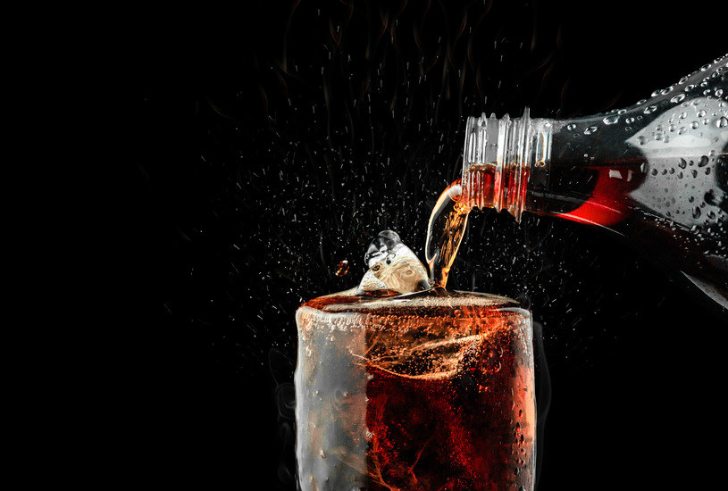 Opłata cukrowa została przerzucona przez producentów napojów słodzonych na konsumentów /123RF/PICSEL