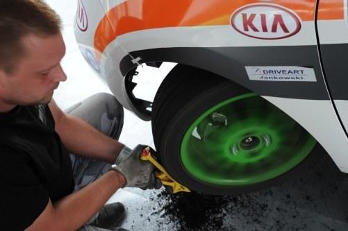 Opony mogą mieć dowolną wysokość bieżnika. Na suchy asfalt szykuje się prawie slicki. /Kia Lotos Race