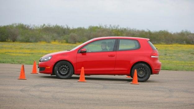 Opony starsze niż 10-letnie należy wymienić na nowe, nawet jeżeli bieżnik nie wykazuje śladów mocnego zużycia. /Motor