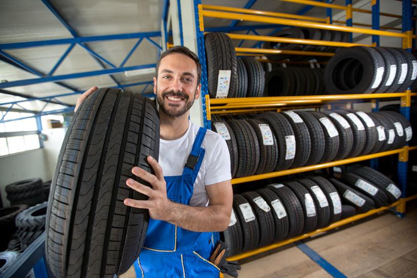 Opony to jedyny element samochodu mający bezpośrednią styczność z asfaltem, dlatego też niezwykle ważny jest ich odpowiedni dobór/ /123RF/PICSEL