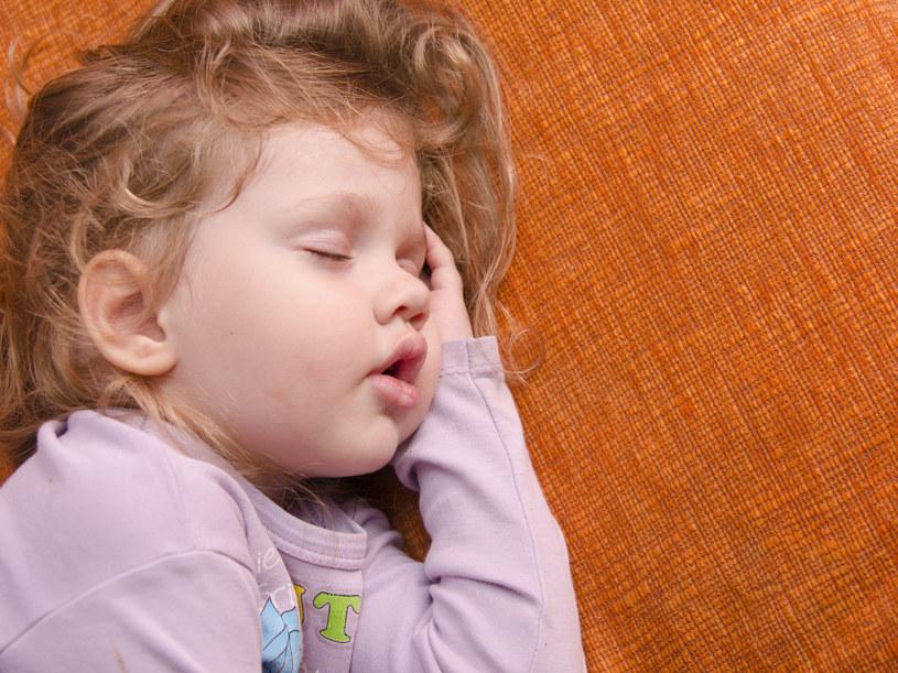 Opowiadaj bajki na dobranoc, które pozwalają zrozumieć dziecku własne lęki /123RF/PICSEL