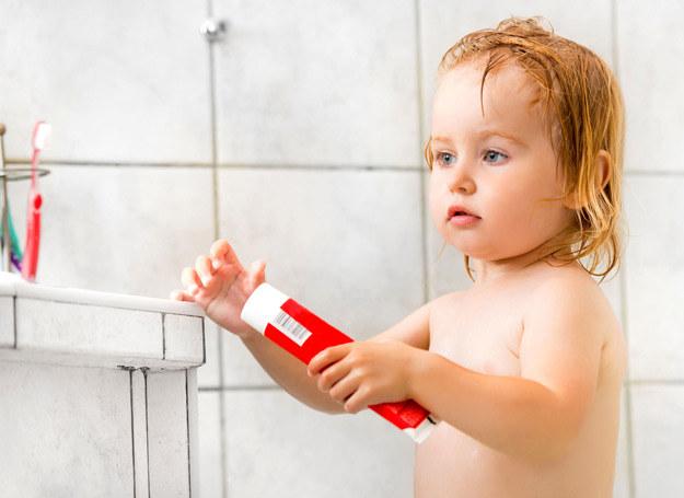Opowiadajmy dzieciom jak właściwie szczotkować ząbki, że ważne są i te z przodu, i głębiej umiejscowione. /123RF/PICSEL