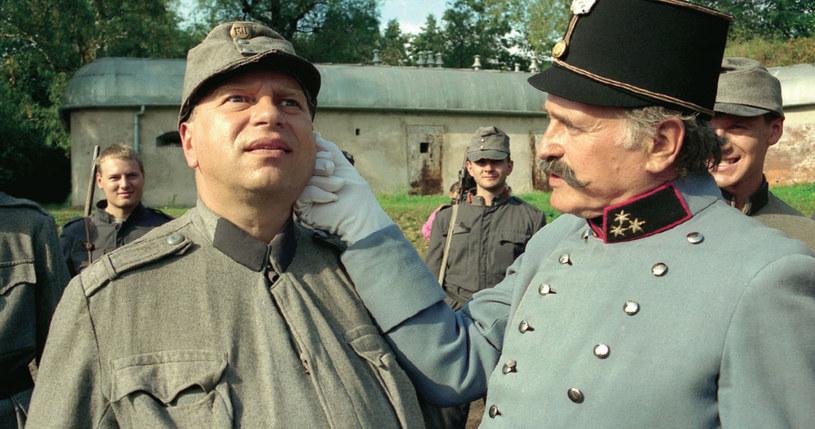 """""""Opowieść o Józefie Szwejku i..."""" (1995):  Tu zagrał aż cztery role. Na zdjęciu jako tytułowy bohater w towarzystwie kapitana (Jan Nowicki) /Świat Seriali"""