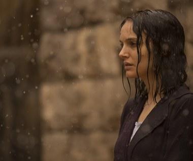 """""""Opowieść o miłości i mroku"""" [recenzja]: Natalie Portman mierzy się z depresją"""