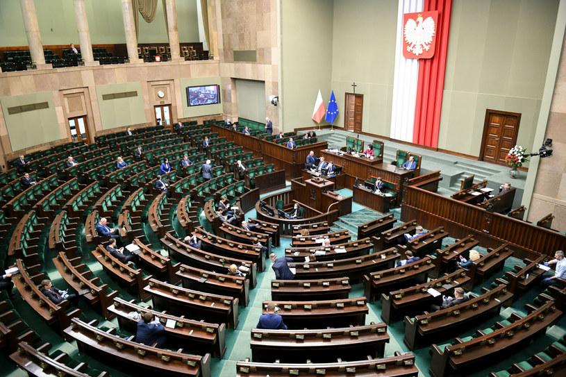Opozycja nie zostawiła suchej nitki na projekcie ustawy likwidacji OFE /Jacek Domiński /Reporter