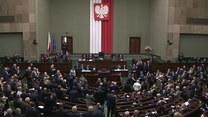 """Opozycja skandująca """"deweloper"""" i owacja na stojąco od kolegów partyjnych. J. Kaczyński głośno przywitany w Sejmie"""