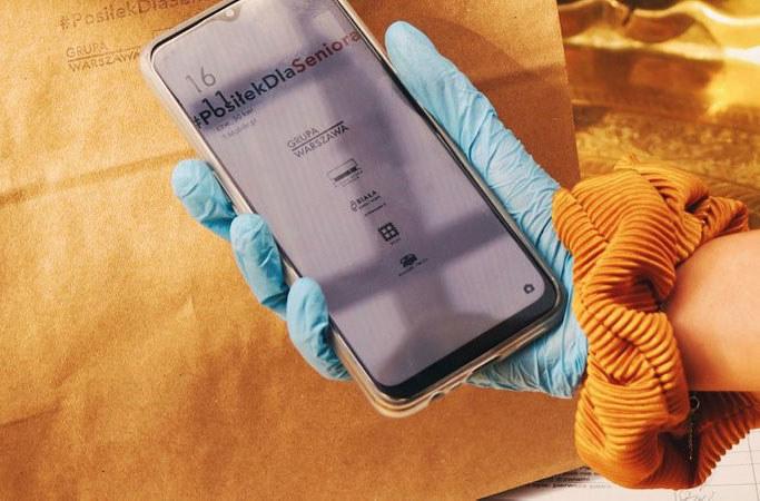 OPPO rozdaje smartfony osobom rozwiążącym posiłki seniorom /materiały prasowe