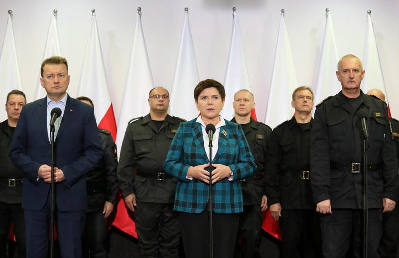 Oprawa straży pożarnej z udziałem premier Beaty Szydło i szefa MSWiA Mariusza Błaszczaka /Leszek Szymański /PAP