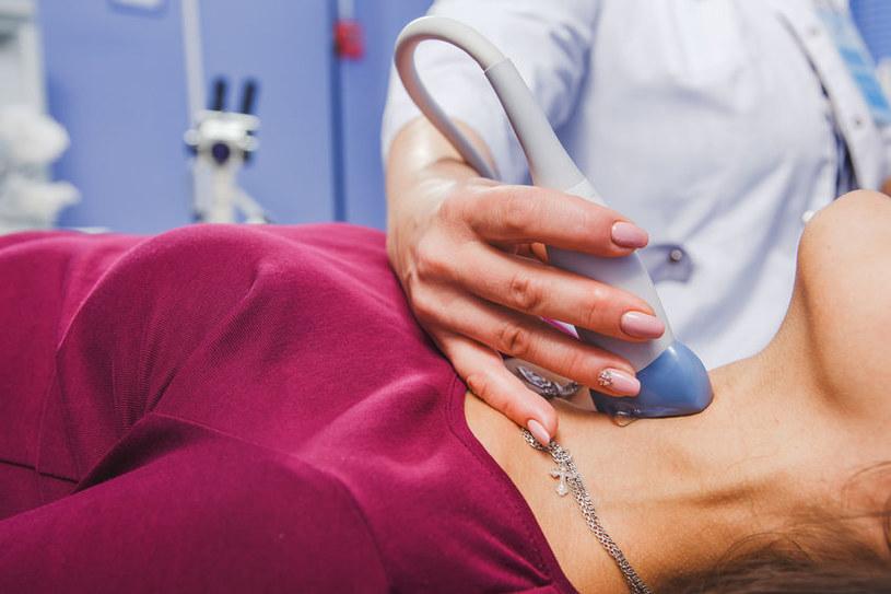 Oprócz badań z krwi wykonuje się USG tarczycy /123RF/PICSEL