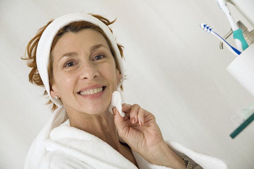 Oprócz preparatów do demakijażu ważne są też akcesoria /© Photogenica