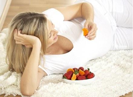 Oprócz przyjmowania zestawów witaminowych dla kobiet w ciąży, ciężąrna powinna zadbać o dietę /© Panthermedia