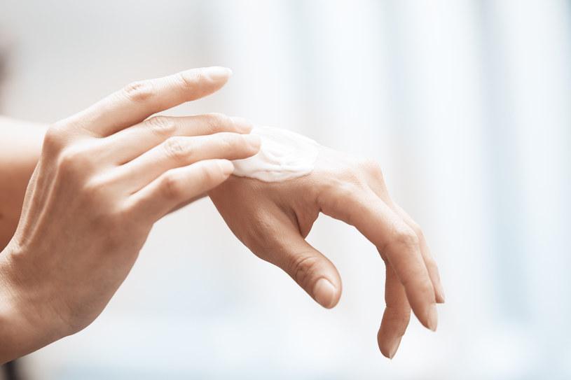 Oprócz stosowania kremu do rąk warto masować dłonie cukrem z olejem /123RF/PICSEL
