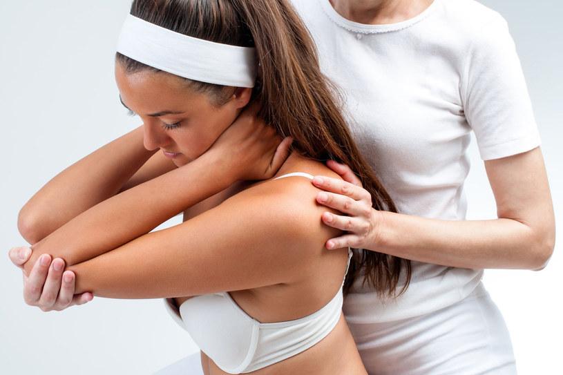 Oprócz zabiegów fizykalnych (za pomocą różnych aparatów) istotne znaczenie ma terapia prowadzona przez specjalistę rehabilitacji. Celem jego działań jest rozluźnienie napiętych tkanek i zlikwidowanie bolesnych przykurczów ścięgien, powięzi i mięśni /123RF/PICSEL