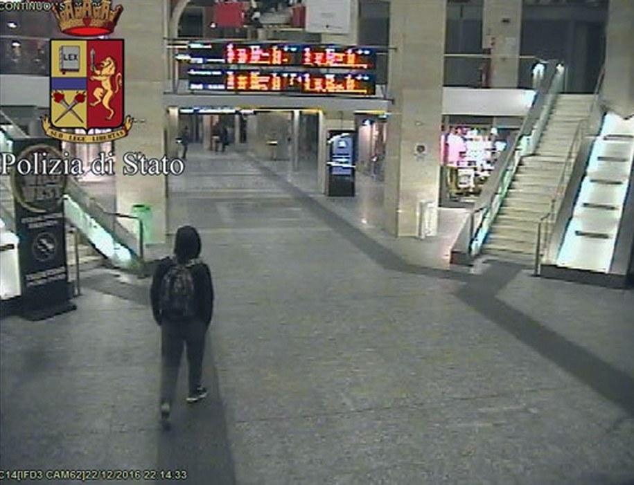 Opublikowane przez włoską policję ujęcie z monitoringu na dworcu w Turynie, na którym prawdopodobnie widać domniemanego zamachowca z Berlina Anisa Amriego /ITALIAN POLICE PRESS OFFICE /PAP/EPA