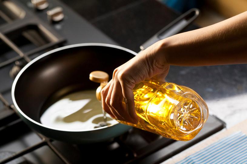 """Opublikowane w """"Cancer Prevention Research"""" badania wskazują, że osoby mające problemy z jelitami powinny zrezygnować z oleju do smażenia /123RF/PICSEL"""