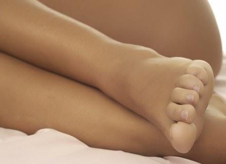 Opuchlizna nóg u przyszłej mamy jest spowodowana zatrzymywaniem wody w tkankach. /ThetaXstock