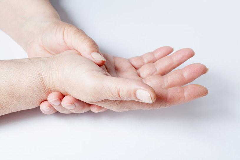 Opuchlizna palców /©123RF/PICSEL