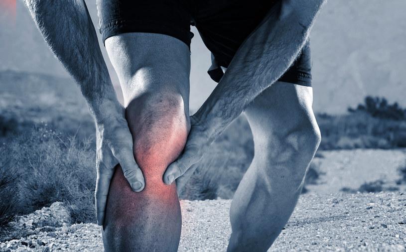 Opuchlizny kolana nie można bagatelizować /123RF/PICSEL